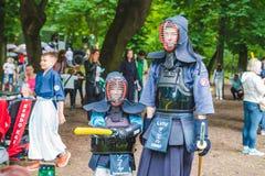 LVIV, UCRÂNIA - julho 17,2018: famílias com as crianças que andam pelo parque dia profissional das crianças imagens de stock royalty free
