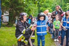 LVIV, UCRÂNIA - julho 17,2018: famílias com as crianças que andam pelo parque dia profissional das crianças foto de stock