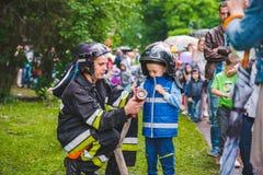 LVIV, UCRÂNIA - julho 17,2018: famílias com as crianças que andam pelo parque dia profissional das crianças fotografia de stock royalty free