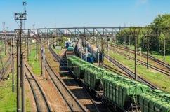 LVIV, UCRANIA - ABRIL DE 2018: El ferrocarril en el cual hay muchos trenes y carros de carga Foto de archivo libre de regalías