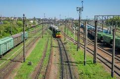 LVIV, UCRANIA - ABRIL DE 2018: El ferrocarril en el cual hay muchos trenes y carros de carga Fotografía de archivo