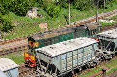 LVIV, UCRANIA - ABRIL DE 2018: El ferrocarril en el cual hay muchos trenes y carros de carga Foto de archivo