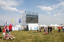 Lviv, Ucrania - agosto de 2015: Los campeonatos de FAI European para el espacio modelan 2015 Banderas de los equipos participante Fotos de archivo