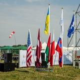 Lviv, Ucrania - agosto de 2015: Los campeonatos de FAI European para el espacio modelan 2015 Banderas de los equipos participante Imagen de archivo libre de regalías
