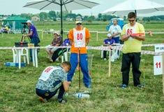 Lviv, Ucrania - agosto de 2015: Los campeonatos de FAI European para el espacio modelan 2015 El atleta Designer del miembro lanza Fotografía de archivo libre de regalías