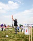 Lviv, Ucrania - agosto de 2015: Los campeonatos de FAI European para el espacio modelan 2015 El atleta Designer del miembro lanza Foto de archivo