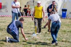Lviv, Ucrania - agosto de 2015: Los campeonatos de FAI European para el espacio modelan 2015 El atleta Designer del miembro lanza Imagenes de archivo
