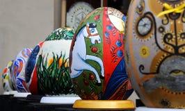 LVIV, UCRANIA - 4 de abril: Huevos de Pascua falsos grandes en el festival o Foto de archivo libre de regalías