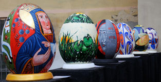 LVIV, UCRANIA - 4 de abril: Huevos de Pascua falsos grandes en el festival o Imagen de archivo