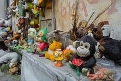 Lviv, Ucrania - 28 de abril de 2018: la yarda abandonó los juguetes de niños, incluyendo las muñecas, los osos de peluche, los mo fotografía de archivo