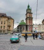 Lviv, Ucrania - 19 de abril de 2019: Suposición de la Virgen bendecida Mary Church Tower de Korniakt Lviv - arquitectónico maravi imágenes de archivo libres de regalías