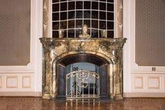 LVIV, UCRANIA - 8 DE ENERO DE 2016: Chimenea de mármol del vintage Casa de científicos - un casino nacional anterior hasta el 193 Fotografía de archivo