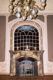 LVIV, UCRANIA - 8 DE ENERO DE 2016: Chimenea de mármol del vintage Casa de científicos - un casino nacional anterior hasta el 193 Fotos de archivo libres de regalías