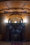 LVIV, UCRANIA - 8 DE ENERO DE 2016: Chimenea de mármol del vintage Casa de científicos - un casino nacional anterior hasta el 193 Foto de archivo libre de regalías