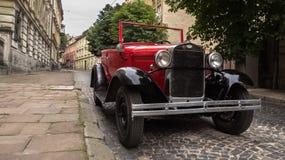 Lviv, Ucrania - 27 de junio de 2017: Años soviéticos del coche 30 xx GAZ-A Foto de archivo