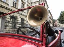Lviv, Ucrania - 27 de junio de 2017: Cuerno del tiroteo en años soviéticos del coche 30 xx GAZ-A Fotos de archivo