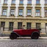 Lviv, Ucrania - 27 de junio de 2017: Cuerno del tiroteo en años soviéticos del coche 30 xx GAZ-A Imagen de archivo libre de regalías