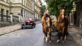 Lviv, Ucrania - 27 de junio de 2017: El tirar dos caballos y años soviéticos del coche 30 xx GAZ-A Fotografía de archivo libre de regalías