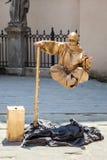 LVIV, UCRANIA - 7 DE JUNIO DE 2013: elevando y manteniendo flotando la calle imite al artista Foto de archivo libre de regalías