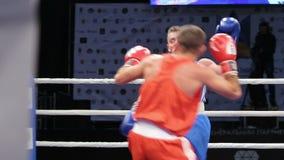 LVIV, UCRANIA - 14 de noviembre de 2017 torneo de encajonamiento Boxeador de Midweight con lucha sangrienta de la cara en ring de almacen de video