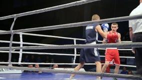 LVIV, UCRANIA - 14 de noviembre de 2017 torneo de encajonamiento Lucha ligera de los boxeadores en ring de boxeo en el torneo metrajes