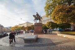 Lviv, Ucrania - 18 de octubre de 2015: Ciudadanos y turistas en el cuadrado Imagen de archivo