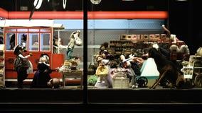 LVIV, UCRANIA - 2 DE OCTUBRE DE 2016: el escaparate con los juguetes hermosos: muñecas del material, diseñadas originalmente, tam almacen de video