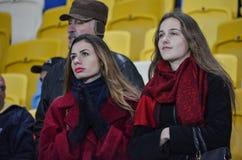 LVIV, UCRANIA - 20 DE OCTUBRE: Fans en el estadio en la acción durante Foto de archivo libre de regalías