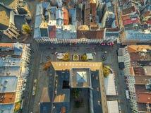 LVIV, UCRANIA - 12 DE SEPTIEMBRE DE 2016: Ayuntamiento en Lviv, Ucrania con la bandera desde arriba y plaza del mercado Fotos de archivo libres de regalías