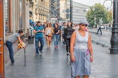 LVIV, UCRANIA - 9 DE SEPTIEMBRE DE 2016: Ciudad de Lviv en Ucrania Paisaje urbano y gente Fotos de archivo libres de regalías