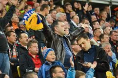 LVIV, UCRANIA - 29 DE SEPTIEMBRE: Fans en el equipo de ayuda del estadio durante Foto de archivo libre de regalías