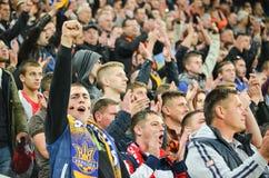 LVIV, UCRANIA - 29 DE SEPTIEMBRE: Fans en el equipo de ayuda del estadio durante Fotografía de archivo