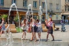 Lviv, Ucrania, el 27 de junio de 2017 Chicas jóvenes en ropa nacional en las fuentes abiertas en la calle del verano fotos de archivo libres de regalías