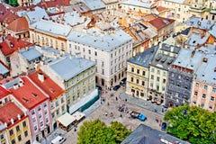 LVIV, UCRANIA - JUNIO, 29: Casas y tejados hermosos de Lviv, el 29 de junio de 2013 fotografía de archivo libre de regalías