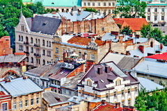 LVIV, UCRANIA - JUNIO, 29: Coche en el tejado en Lviv, el 29 de junio de 2013 foto de archivo
