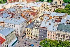 LVIV, UCRANIA - JUNIO, 29: Colores en colores pastel de casas y de tejados de Lviv, el 29 de junio de 2013 imágenes de archivo libres de regalías