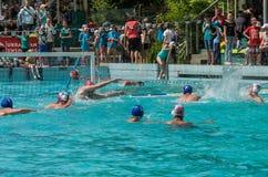 LVIV, UCRANIA - JUNIO DE 2019: Atletas en la piscina que juega water polo imagen de archivo libre de regalías
