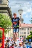 LVIV, UCRANIA - JUNIO DE 2016: El atleta joven del muchacho demuestra su capacidad realizando diversos ejercicios y figuras en el Imagen de archivo libre de regalías