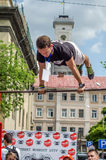 LVIV, UCRANIA - JUNIO DE 2016: El atleta joven del muchacho demuestra su capacidad realizando diversos ejercicios y figuras en el Imagen de archivo