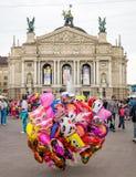 Lviv, Ucrania - junio de 2015: El vendedor de globos en el centro del cuadrado en la fuente cerca del teatro de la ópera de Lviv Foto de archivo libre de regalías