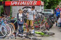 LVIV, UCRANIA - JUNIO DE 2016: El vendedor vende las bicis en el parque en la exposición del aire abierto en la exposición Foto de archivo libre de regalías