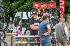 LVIV, UCRANIA - JUNIO DE 2016: El vendedor vende las bicis en el parque en la exposición del aire abierto en la exposición Imagen de archivo libre de regalías