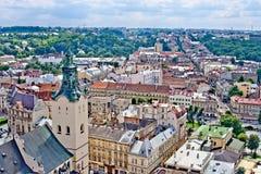 LVIV, UCRANIA - JUNIO, 29: Iglesia de Dormition y panorámico de tejados en Lviv, el 29 de junio de 2013 foto de archivo