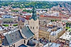 LVIV, UCRANIA - JUNIO, 29: Iglesia de Dormition y tejados de Lviv, el 29 de junio de 2013 foto de archivo libre de regalías