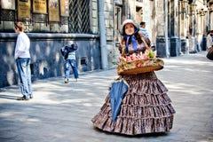 LVIV, UCRANIA - JUNIO, 29: La mujer en un vestido ucraniano viejo vende el lollypop, el 29 de junio de 2013 foto de archivo