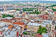 LVIV, UCRANIA - JUNIO, 29: Panorámico de tejados en Lviv, el 29 de junio de 2013 imagenes de archivo