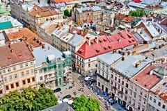 LVIV, UCRANIA - JUNIO, 29: Tejados coloridos de Lviv, el 29 de junio de 2013 imagen de archivo