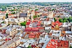 LVIV, UCRANIA - JUNIO, 29: Tejados coloridos panorámicos en Lviv, el 29 de junio de 2013 foto de archivo libre de regalías