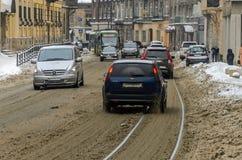 LVIV, UCRANIA - MARZO DE 2018: Tráfico de coches y de tranvías en la calle nevada de la ciudad de Lviv en un día escarchado, nevo Fotografía de archivo libre de regalías