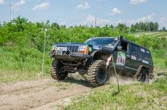LVIV, UCRANIA - MAYO DE 2016: Diviértase las carreras de coches de la reunión en un polvo del camino de tierra que aumenta a los  Fotografía de archivo